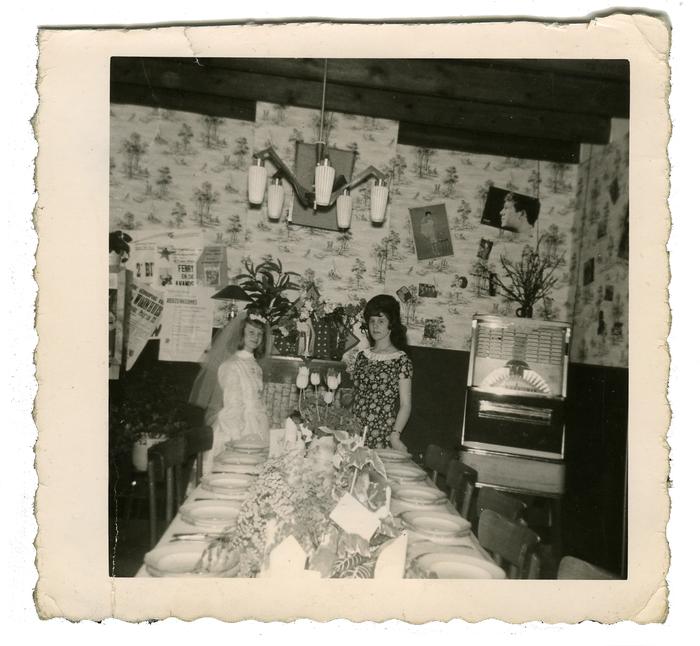 Interieur caf den drieling met feesttafel en jukebox for Interieur 1960