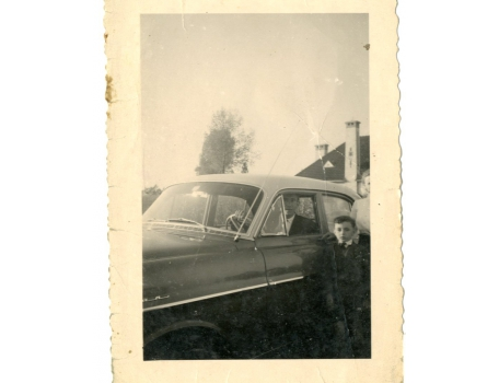 Familie Strijmeersch aan hun wagen, Sint-Lievens-Houtem, 1955