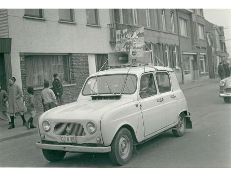 Een Renault R4 in de Bacchusstoet, Sint-Lievens-Houtem, 1965