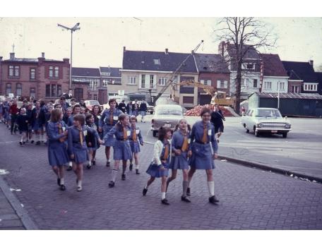 Chiro Melle Geertrui. Na het spel in de Wezenstraat terug naar de Kloosterstraat in Melle. 1966.