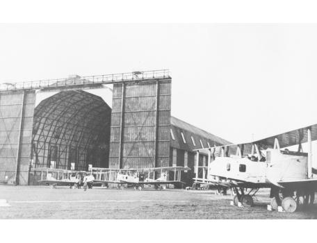 Zeppelinhal van Gontrode met een Gotha vliegtuig, 1915.