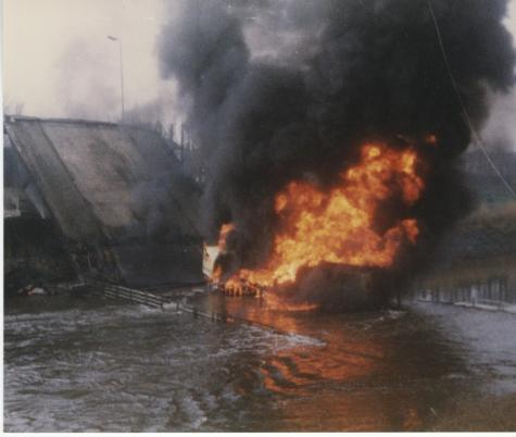 Uitbrandende tankwagen bij de ingestorte Scheldebrug, Melle, 1992