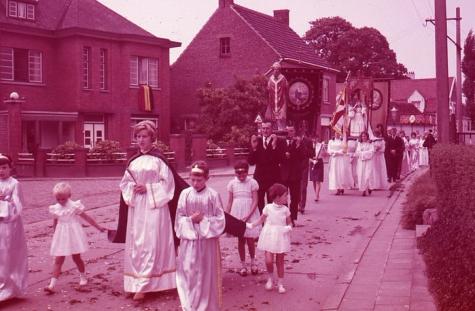 Heiligenbeelden in processie, Moortsele, jaren '60