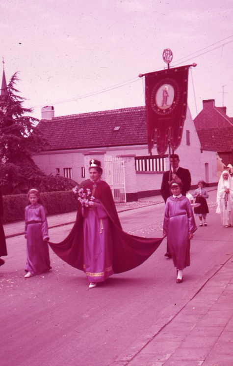 Vrouw in processie, Moortsele, jaren 1960