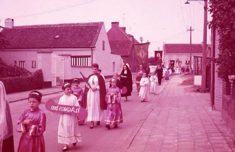 Processie door de straten, Moortsele, jaren 1960