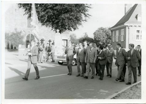 Handelsbeurs optocht naar de tent, 1969.