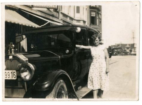 Adrienne Spillier aan de wagen van de familie Verbrugghen, Knokke, 1927-1928