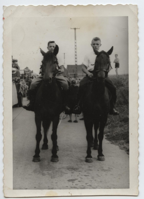 Jonge ruiters in Livinusstoet, Sint-Lievens-Houtem, 1957