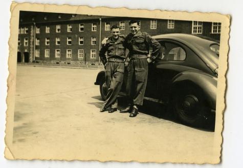 Tijdens de legerdienst poseren bij een auto, 1940-1950