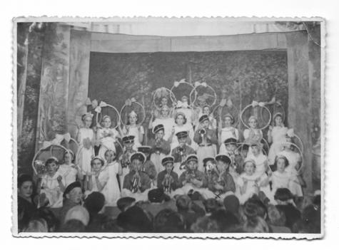 Schooltoneel in zaal De Vos te Balegem, 1949