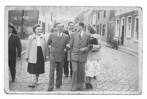 Met de familie op weg naar de kermis te Scheldewindeke