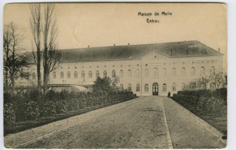 Ingangslaan naar het hoofdgebouw van het college te Melle
