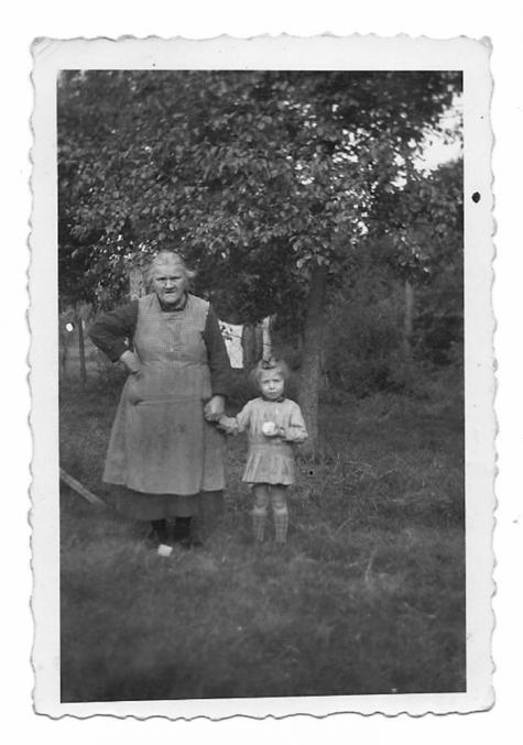 Marie Brantegem met achterkleinzoon in de tuin, Balegem