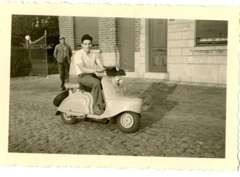 Op de scooter voor het huis, Balegem, 1950-1960
