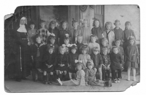 Klasfoto, leerlingen kleuter en lager gemengd, meisjesschool Balegem, jaren 20
