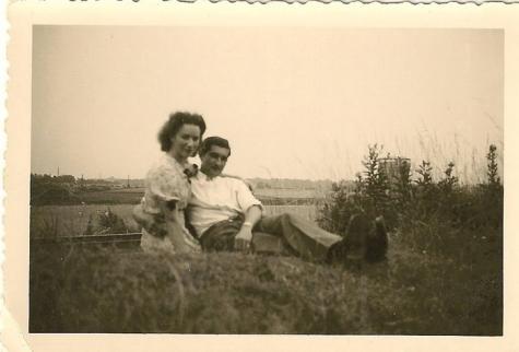 Michel en Adrienne Lefevre als jong koppel bij trambedding, Sint-Lievens-Houtem, 1945-1955