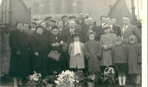 Groepsfoto diamanten huwelijk met familie, Sint-Lievens-Houtem, 1955