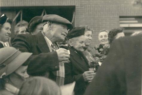 Glaasje op de viering van een diamanten huwelijk, Sint-Lievens-Houtem, 1955