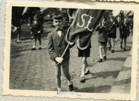 Schooljongens met vaandel in processie, Sint-Lievens-Houtem, 1956-1962