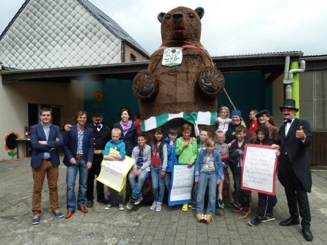 Klasfoto derde en vierde leerjaar Sint-Jozefschool met reuzenbeer Maarten, Vlierzele, 2014