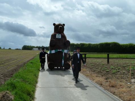 Reuzenbeer Maarten op weg naar de Sint-Jozefschool, Vlierzele, 2014
