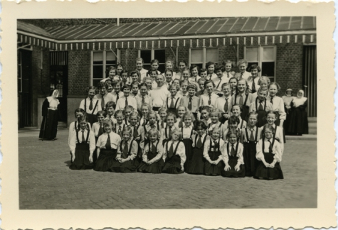 Klasfoto bij het vertrek van pater De Landsheer, Sint-Lievens-Houtem, 1945