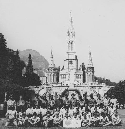 Groepsfoto chiro Melle voor basiliek, Lourdes, Frankrijk, 1979