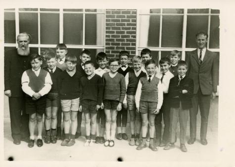 Klasfoto gemeenteschool met meester Antoine Heyerick, Landskouter, 1965