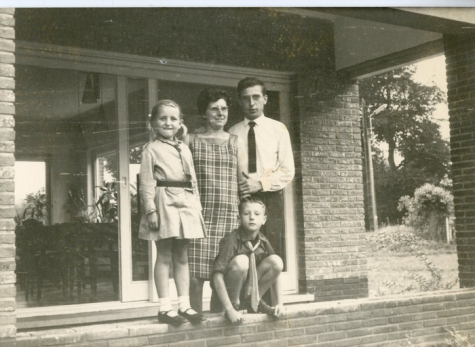 Familie Van Ooteghem met chirouniform, Melle, 1972