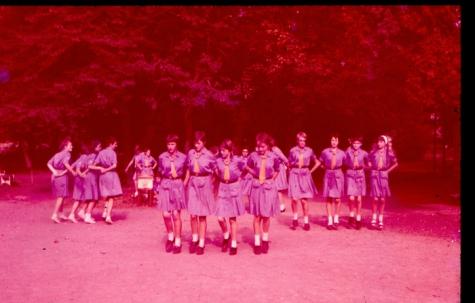 Volksdansdemonstratie door chiromeisjes, Goeferdinge, 1965