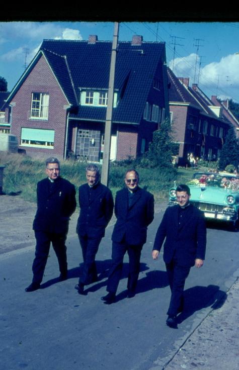 Geestelijken bij inhuldiging nieuwe pastoor, Melle, 1965