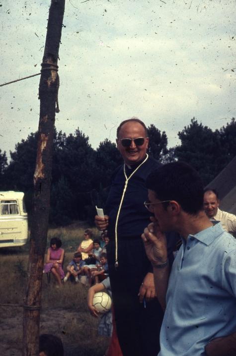 Chiro Melle Geertrui. Proost Gerad Linthout scheidsrechter van het volleybaltornooi. Kamp Geel, 1967.