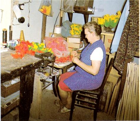 Germaine Gillis werkt aan de pluimpjes, Melle, 1950-1975