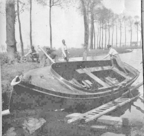 De vliegeniers van het England Geschwader spelen met een boot in de Leie, 1917