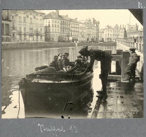 Vliegeniers van Staffel 13 maken een boottocht op de Leie in Gent, 1917.