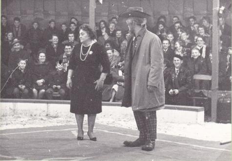 Clown Titi en bestuurster Maria Leschan, Circus Jhony op Houtem Jaarmarkt, ca. 1960