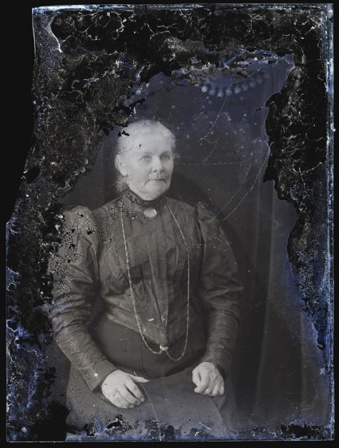 Zittend portret, dame met borstspeld en halsketting, Melle, 1910-1920