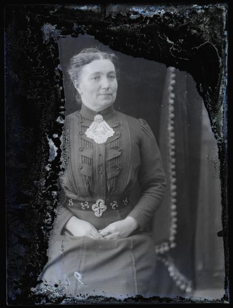 Zittend portret, vrouw in feestkledij, Melle, 1910-1920