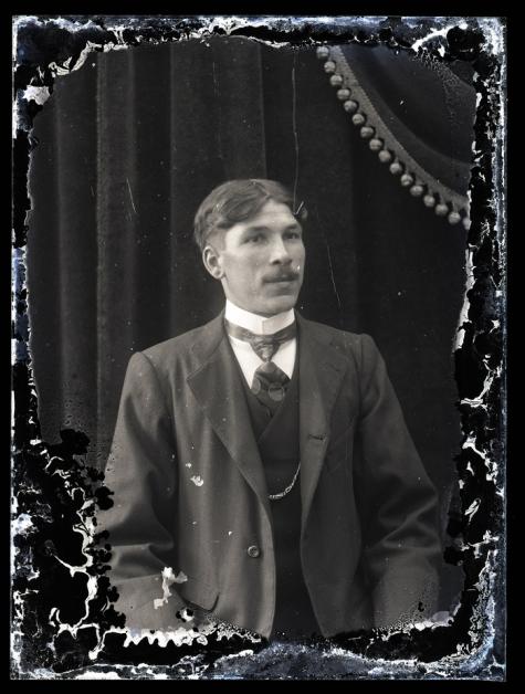 Borstportret van man met snor, Melle, 1910-1920