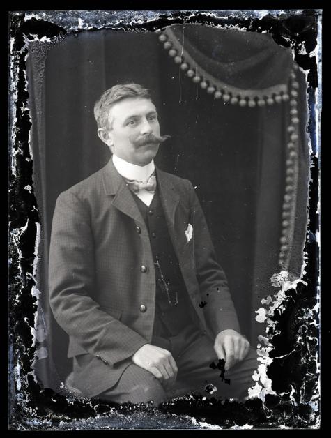 Zittend borstportret, man met snor, geruite vest, vlinderdas, Melle, 1910-1920