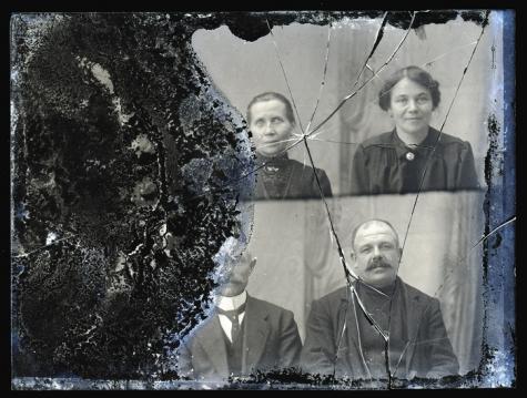 Zittend portret van 2 vrouwen en 2 mannen in feestkledij, Melle, 1910-1920