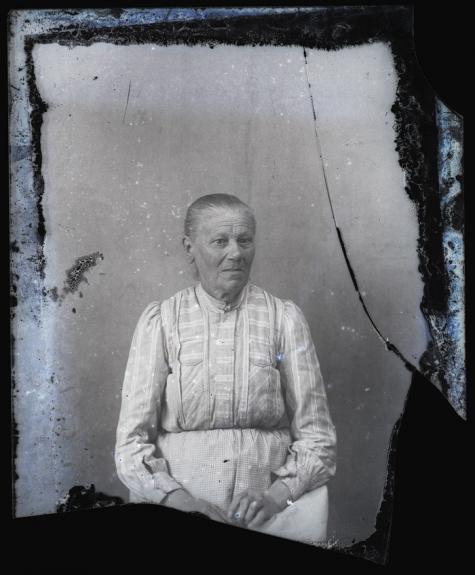 Zittende foto van vrouw in bloes met lange mouwen, met strak en glad naar achter gekamd haar, Melle, 1910-1920