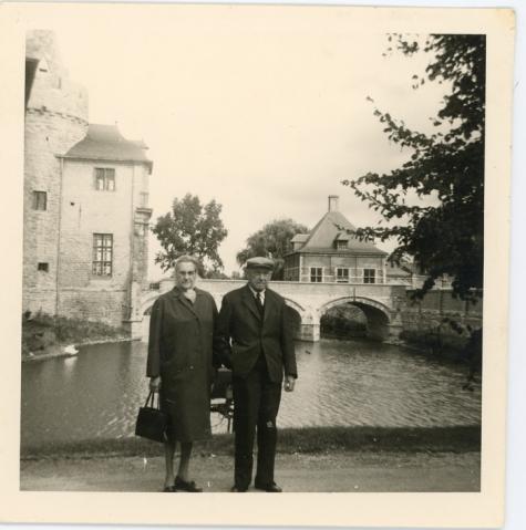 Boomkweker Sylvain Rahoens en echtgenote op reis, Laarne, 1971