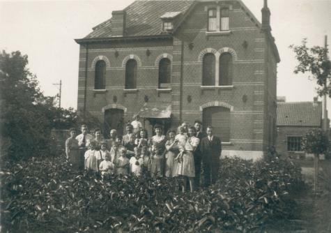 Familie Volckaert bij bloemisterij, Merelbeke, 1940-1950
