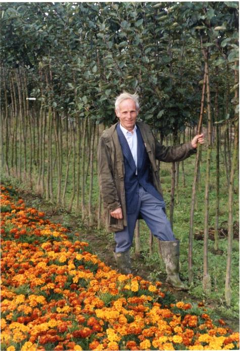 Noël De Neve aan appelboompjes, Oosterzele, 2001.