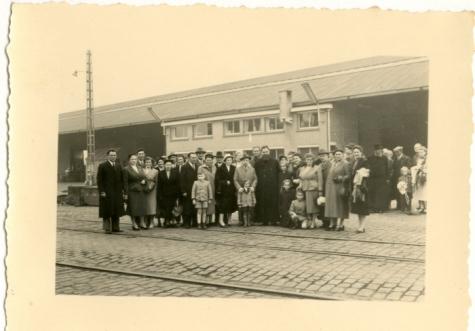 Groepsfoto voor vertrek pater Alfons Mabilde naar Belgisch-Congo, Antwerpen, 1954