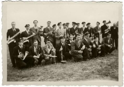 Harmonie Heusden tijdens inhuldiging voetbalterrein, 1945