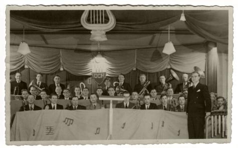 "Harmonie Heusden tijdens muzikale avond in zaal ""bij Falleken"", ca. 1950"