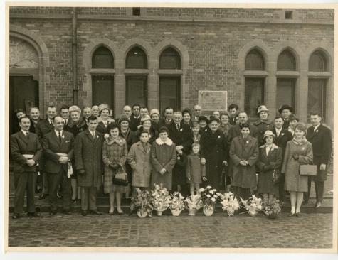 Groepsfoto Gouden Jubileum Remi De Graeve - Marie Van Bever, gemeentehuis Oosterzele, 1955