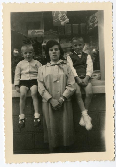 Marno en Simon Verbrugghen met hun moeder Jeannine Steurbaut ter gelegenheid van de eerste communie van Simon, Oosterzele, 1963